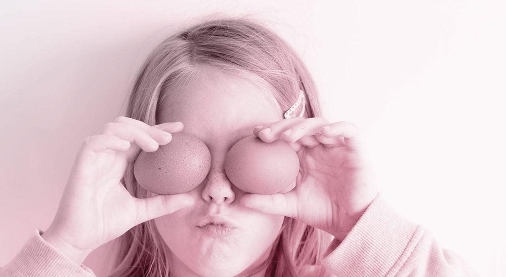 niña con huevos en los ojos